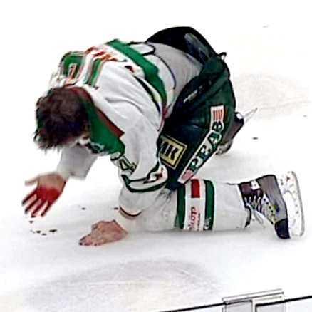 ÖVERFALLET Mats Christéen klipper till Rögles Mikael Gath snett från sidan. Högernäven träffar Gath över ansiktet och han börjar blöda ymnigt.