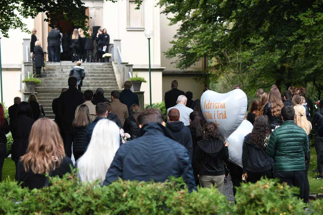 Hundratals personer är på plats vid begravningen.