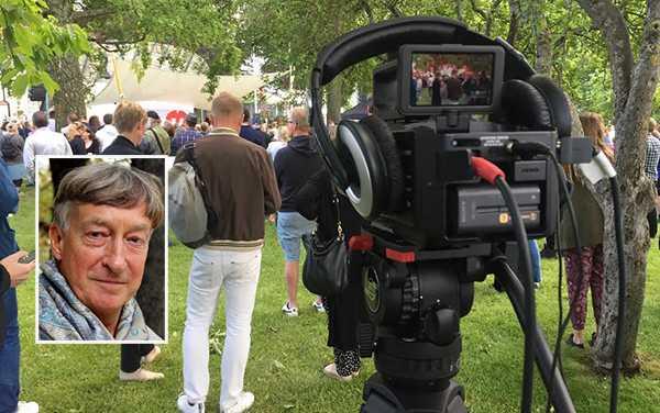 """Erik Fichtelius: """"Jag föreslår helt enkelt att SVT släpper signalen fri. Låt andra medier fritt återutsända den mer proffsiga produktionen i Almedalen. Så kan SVT bättre än i dag bidra till en demokratisk infrastruktur, och andra medier kan ägna resurserna åt att bredda analysen och debatten efteråt."""" Stora bilden är tagen under V-ledaren Jonas Sjöstedts tal i Almedalen."""