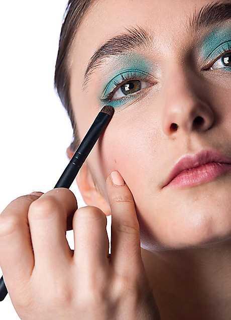 3. Byt till en mindre pensel och lägg samma skugga även under ögat.