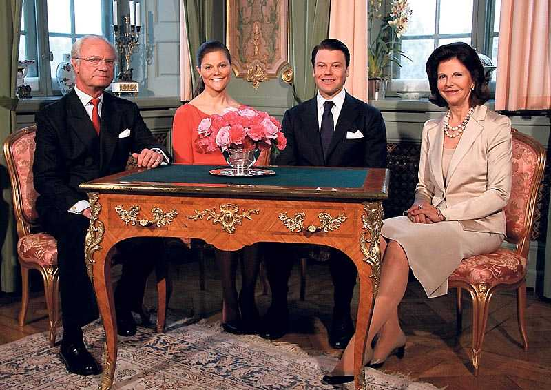 Väcker debatt Kronprinsessans val att överlämnas av sin far, kungen, bryter mot rådande svensk bröllopssed.