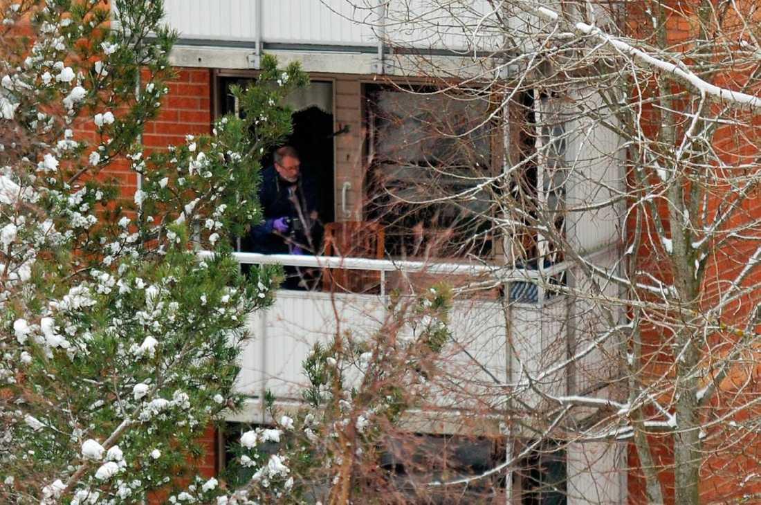 Undersökte flyktvägen Polisens tekniker undersökte i går området kring balkongen där den misstänkte mördaren tros ha flytt. Vittnen har berättat hur en man sprang bort från balkongen och in i ett intilliggande skogsområde.
