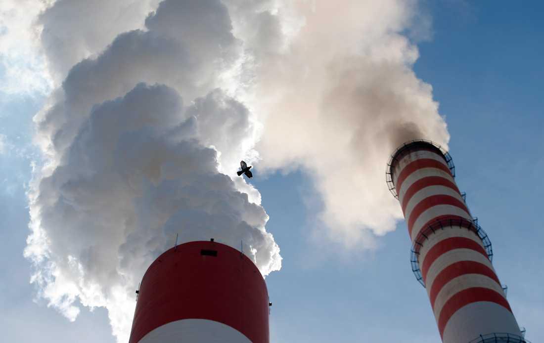 Rök strömmar ut från ett kolkraftverk i Serbien. Arkivbild.