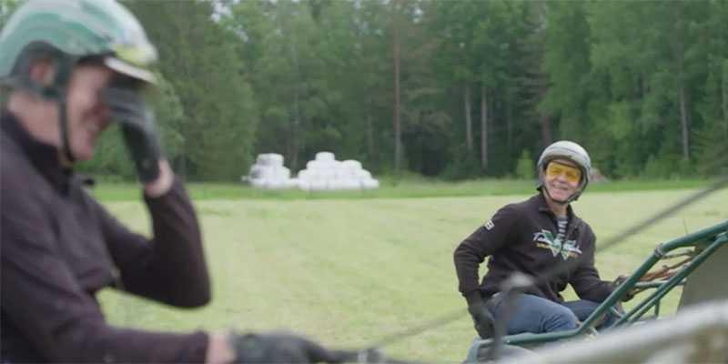 """Här får programledaren Rickard Olsson mjölksyra – i skinkorna. Vilket får travtränaren Jörgen Westholm i vilt skratt: """"Jag kan inte prata..."""""""