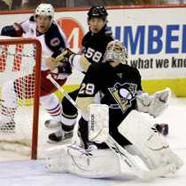 Bäckman (t.v.) försöker forcera in pucken i nattens förlustmatch mot Penguins.