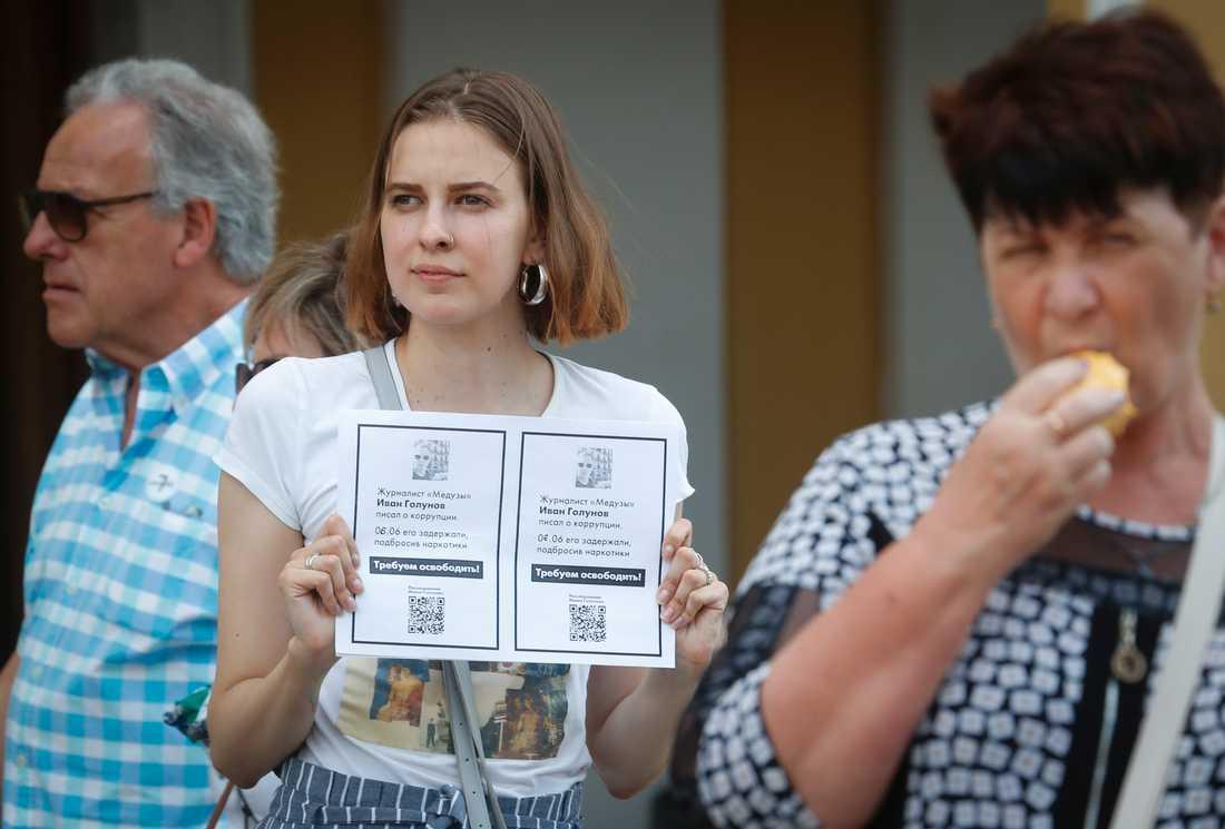 En kollega till den ryske journalisten Ivan Golunov kräver att han släpps vid en stödaktion i S:t Petersburg på lördagen.