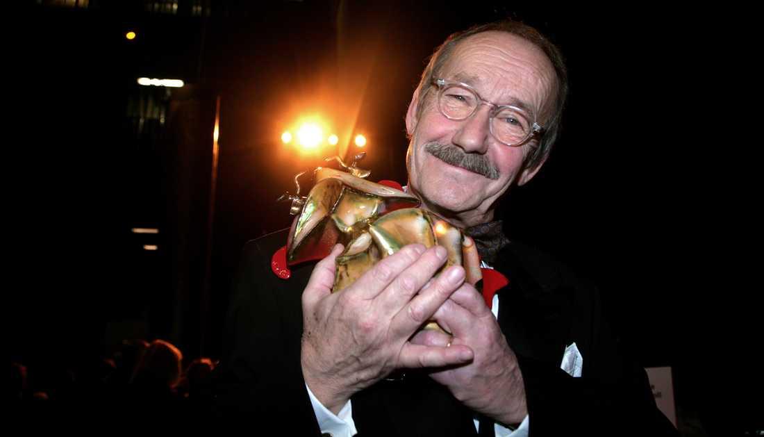 Gösta Ekman när han vann en hedersguldbagge.