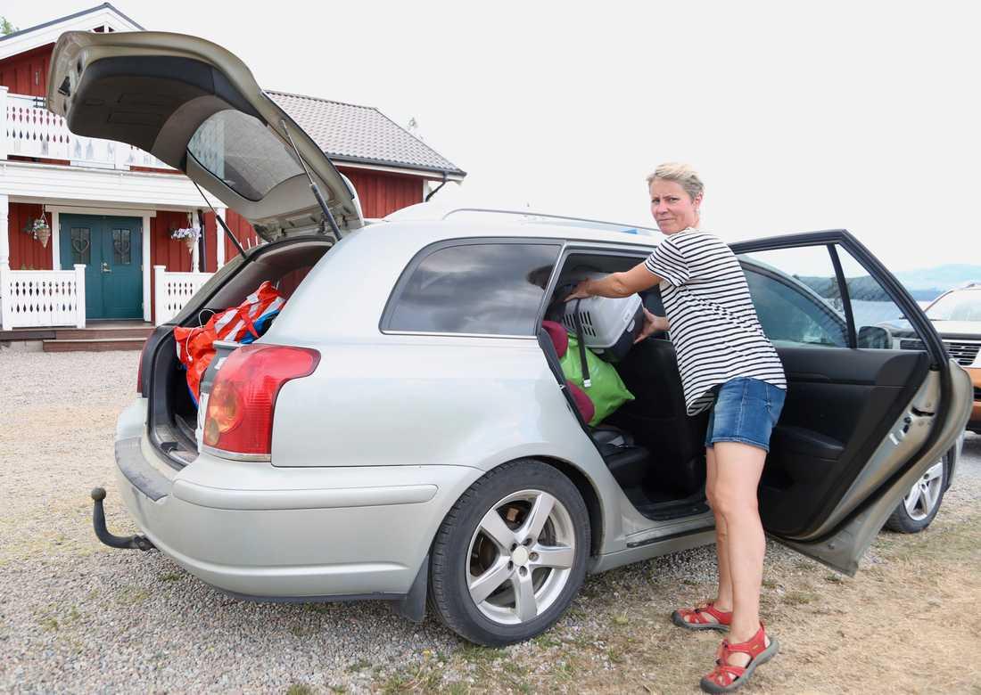 Susanne Brunnsberg packar bilen.