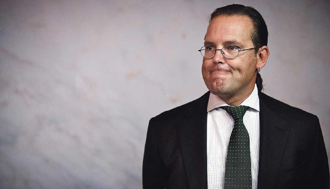 EN PARADOX Regeringen ärvde starka offentliga finanser och en växande ekonomi från Göran Persson. Anders Borg har struntat i att genomföra angelägna investeringar i infrastruktur och utbildning, och gjort sitt bästa för att rasera sjukförsäkring och a-kassa.