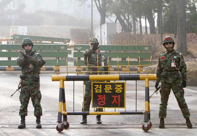 Hit men inte längre Sydkoreansk militär framför en avspärrning på ön Yeonpyeong alldeles vid gränsen mot Nordkorea. De boende på gränsöarna har beordrats att uppsöka skyddsrum.