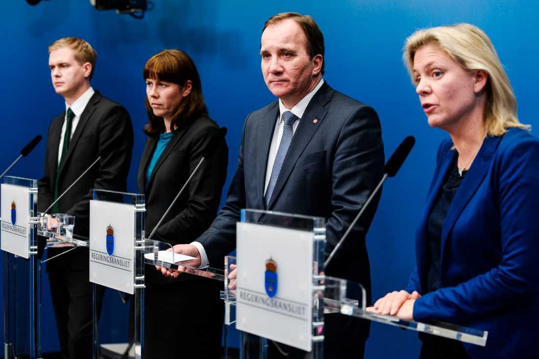 Socialdemokraterna har efter valet angett fyra olika skäl till varför löftet om att inte höja bensinskatten brutits, skriver Lena Mellin.