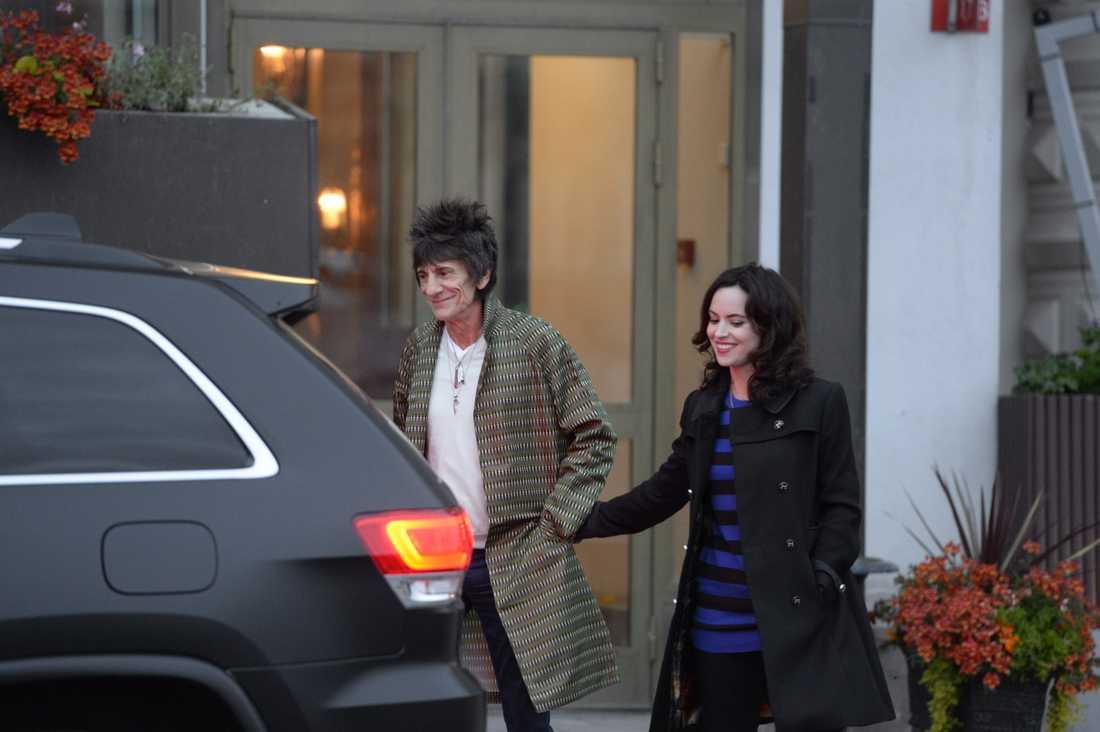 Ronnie Wood utanför Grand Hotel tillsammans med hustrun Sally Humphreys.