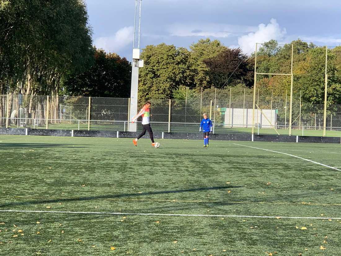 11-åriga Sander fick spela fotboll med sin stora idol – Malmöförsvararen Eric Larsson, 29.
