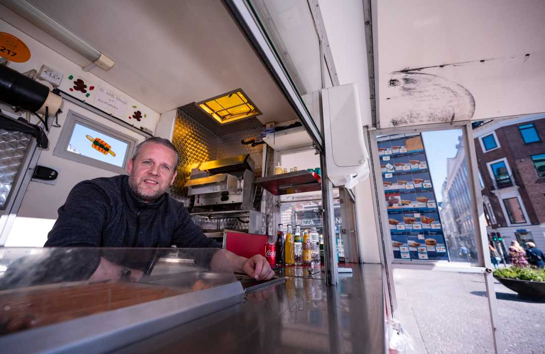 Henrik Rigtrup, pølseförsäljare på Strøget, blickar ut från sin vagn i höjd med Nytorv i centrala Köpenhamn.