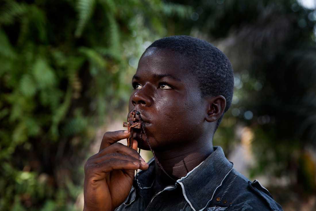 Melin freeman är fjorton år, han har förlorat sina två småbröder och sin pappa i ebola. Mamman flydde på grund av stigmatiseringen, och Melin är ensam kvar. han ber ofta.  Jag ber till gud att han inte ska ta fler av de mina, säger han.