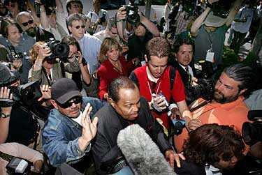 Plötsligt dök Michael Jackson pappa Joseph upp. – Jag vill veta var min son är, förklarade han inför de förvånade åskådarna.