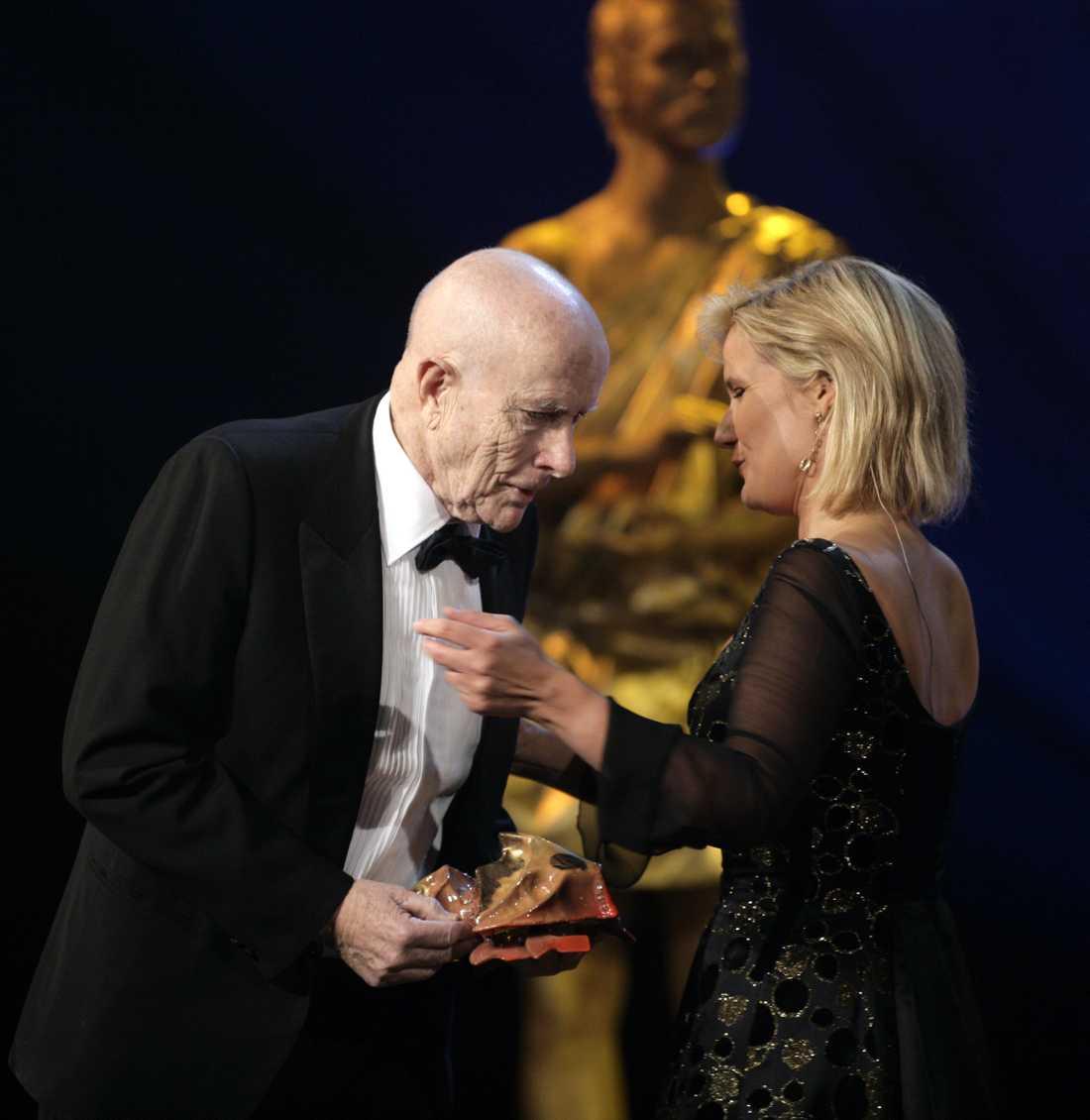"Nils-Petter Sundgren fick ""Hedersbaggen"" av filminstitutets VD Cissi Elwin  på Guldbaggegalan 2007."