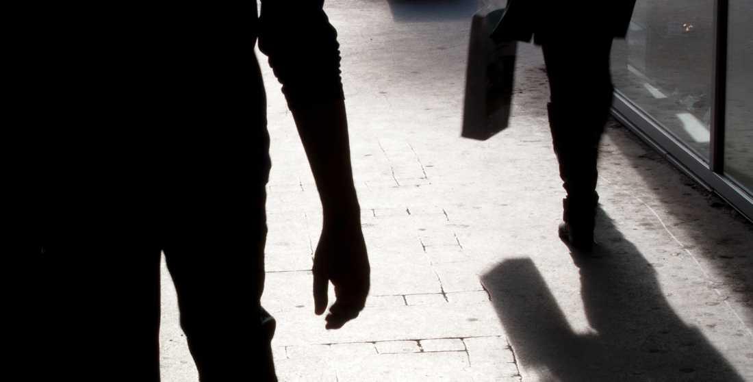 """""""Nycklarna i handen som vapen på väg hem, sitta långt fram i bussen, gå självförsvarskurs, stor hund, inte bli för full, inte våga dricka alkohol ute"""". Kvinnornas svar på hur de försöker undvika sexuellt våld är många."""