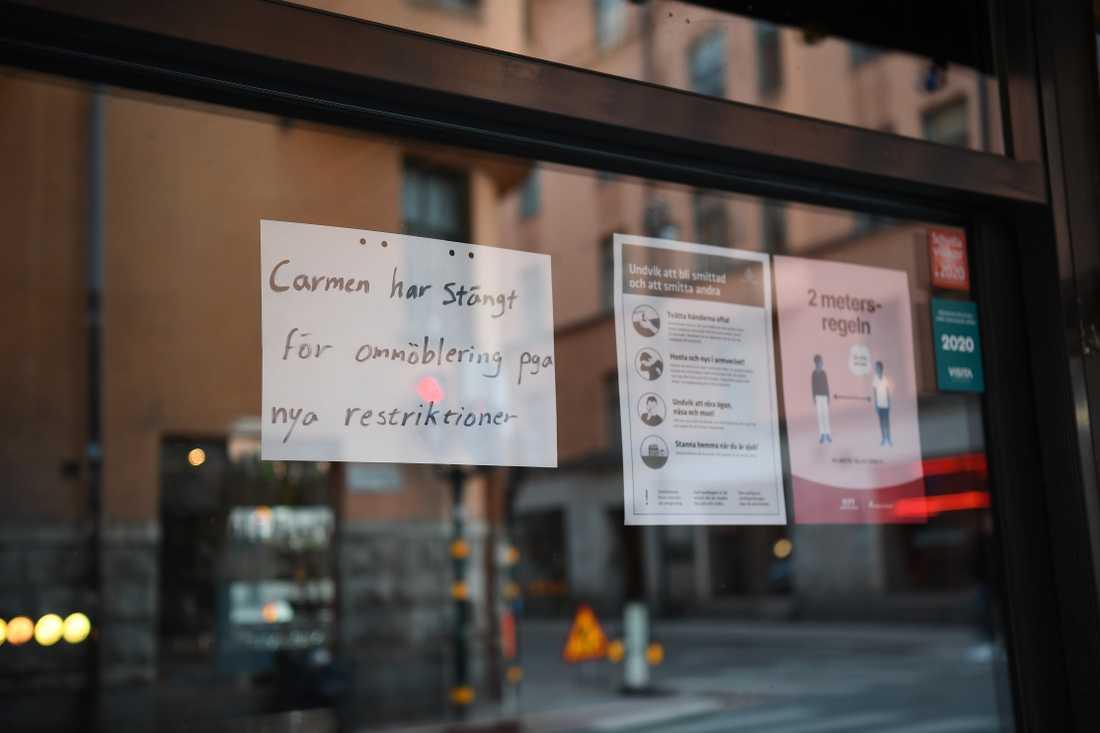 Fem restauranger i Stockholm stängdes efter helgens inspektioner. Restaurangerna har inte följt Folkhälsomyndighetens riktlinjer om servering under den pågående coronapandemien. Carmen på Södermalm i Stockholm är en av dem.