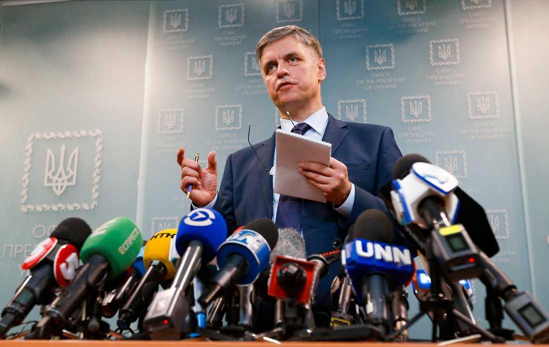 Ukrainas utrikesminister Vadym Prystajko håller en presskonferens den 10 januari.