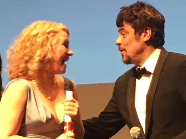 Hon fick ta emot priset av Hollywoodstjärnan Benicio Del Toro.