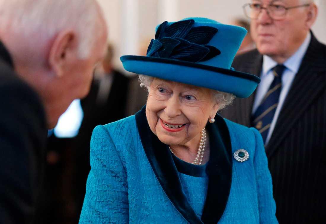 Drottning Elizabeth II ska ha fått beskedet om prinsparet genom medier.