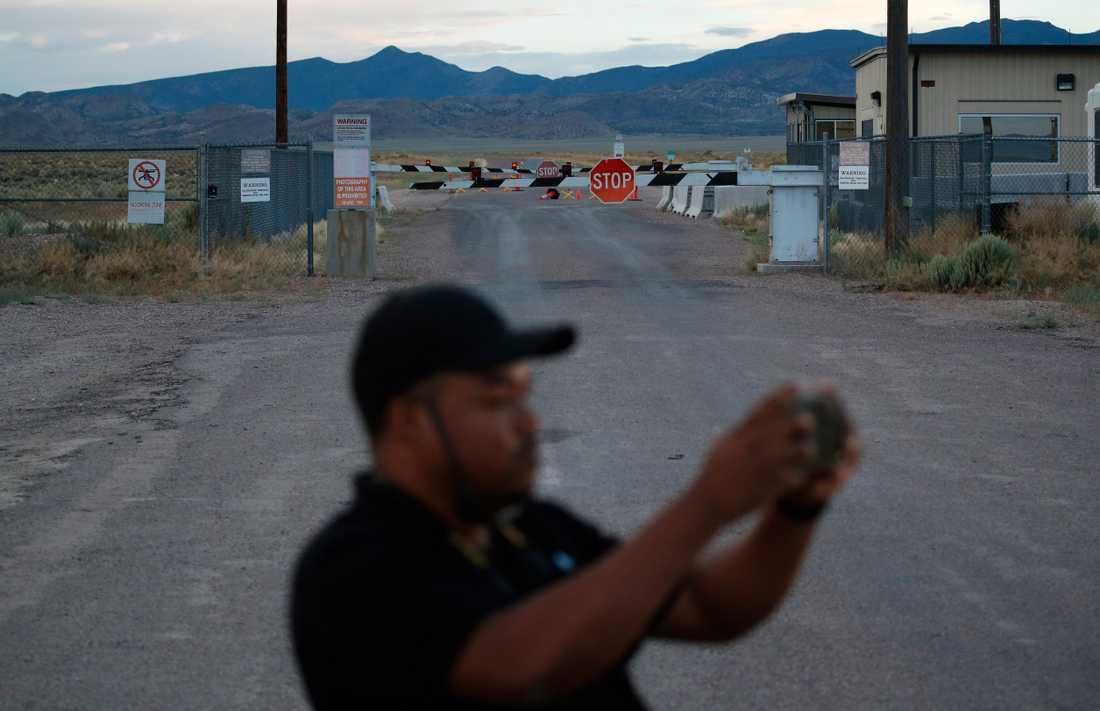 Turister samlas utanför bommarna. Bild tagen i juli.
