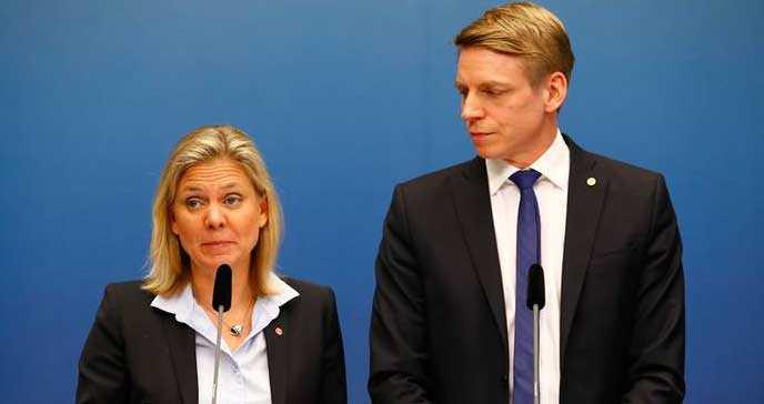Finansminister Magdalena Andersson (S) och finansmarknadsminister Per Bolund (MP) på dagens presskonferens, där de bland annat aviserade att ungdomsrabatten på arbetsgivaravgiften slopas i två steg, med start den 1 augusti i år.