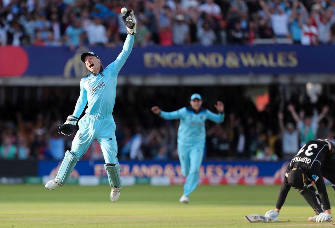 Englands Jos Buttler firar efter att i VM-finalens förlängning ha slagit ut Nya Zeelands slagman Martin Guptill.