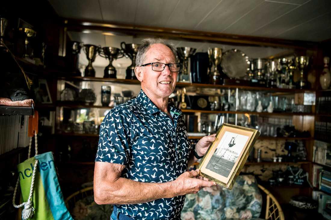 Kjell Isaksson visar upp ett foto på hoppet när han satte världsrekord 1972.