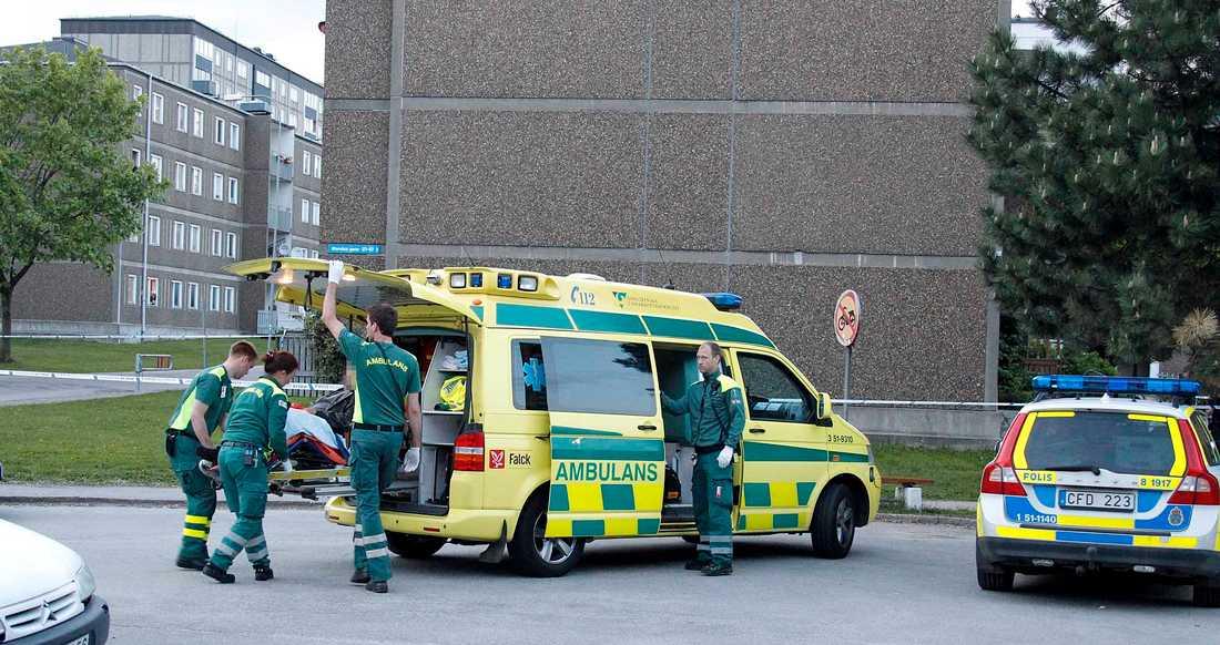 Den skadade förs iväg i ambulans.