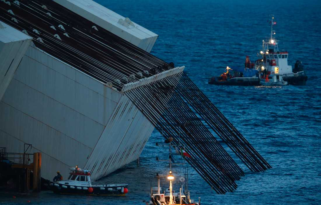 KRITISKT Kablarna är fästa i hydraulik som ska dra i skeppet tills det vänder sig. Risken är att det skadade skeppets skrov inte klarar belastningen och bryts sönder. En annan fara som pekats ut är att skeppet vrids för långt och slår över ner i avgrunden.