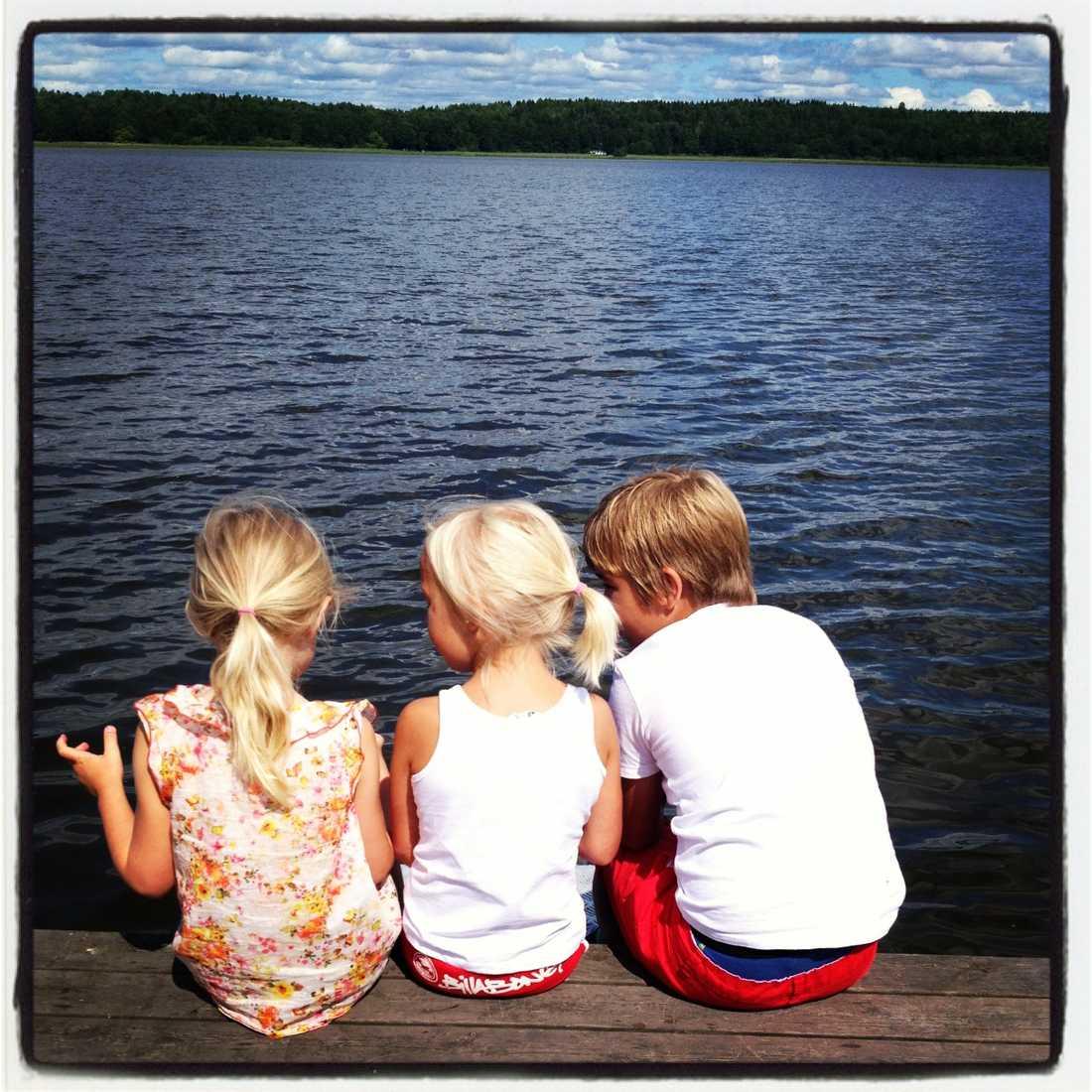 I sommarstugan med brorsbarnen Hugo och Agnes.