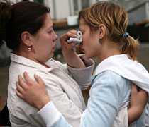 OVISSHET Anhöriga tröstar varandra på flygplatsen i Irkutsk.