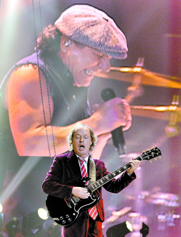 Angus Young gör allt man kan förvänta sig av världens ende 53-årige skolpojke när AC/DC har världspremiär i lilla staden Wilkes Barre i USA. Men han visar inte rumpan längre – bara kalsongerna.