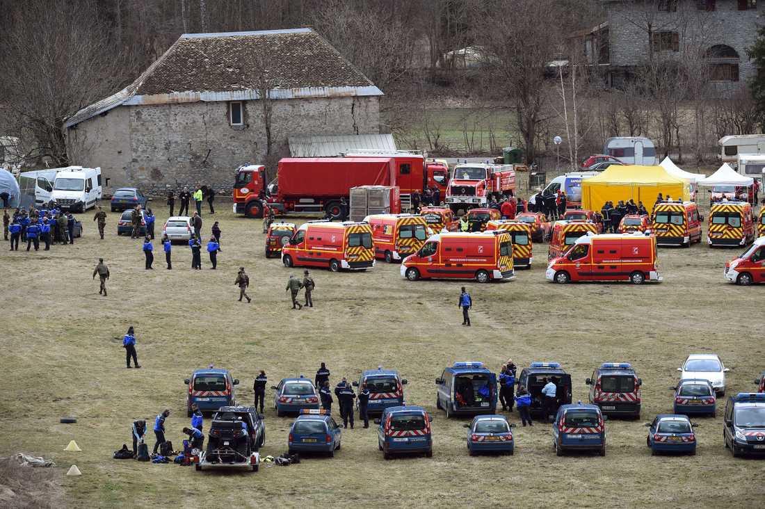 Fransk polis och räddningstjänst smlas i Seyne i närheten av platsen där flygplanet kraschade.