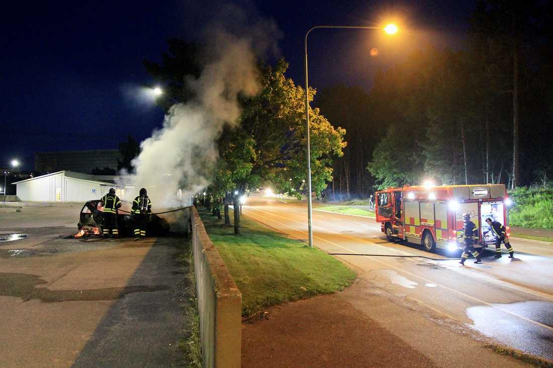 Räddningstjänstens insats för att släcka en bilbrand under natten till lördagen.