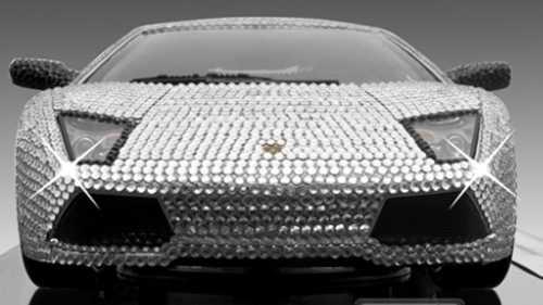Känner du för att göra ett avtryck bland bilintresserade? Då är en kristallutsmyckad Lamborghini i miniformat är grejen för dig.