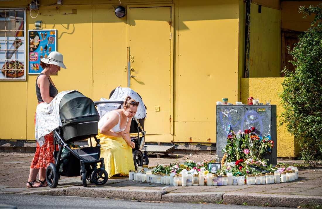 Småbarnsföräldrarna  Anna Änghede och Caroline Wahlgren tänder ljus vid mordplatsen.