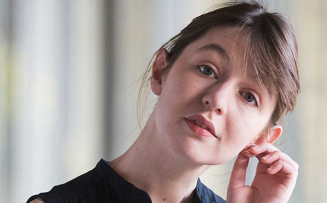 Irländska Sally Rooney, född 1991, räddas av sitt egensinniga språk, skriver Linda Skugge.