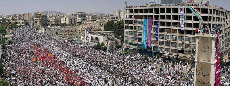 Mot regimen Mobilkamerabilden sägs komma från en regimkritisk demonstration i syriska Hama fredagen den 22 juli. Nu i helgen rullade stridsvagnar in i staden för att slå ner protesterna.