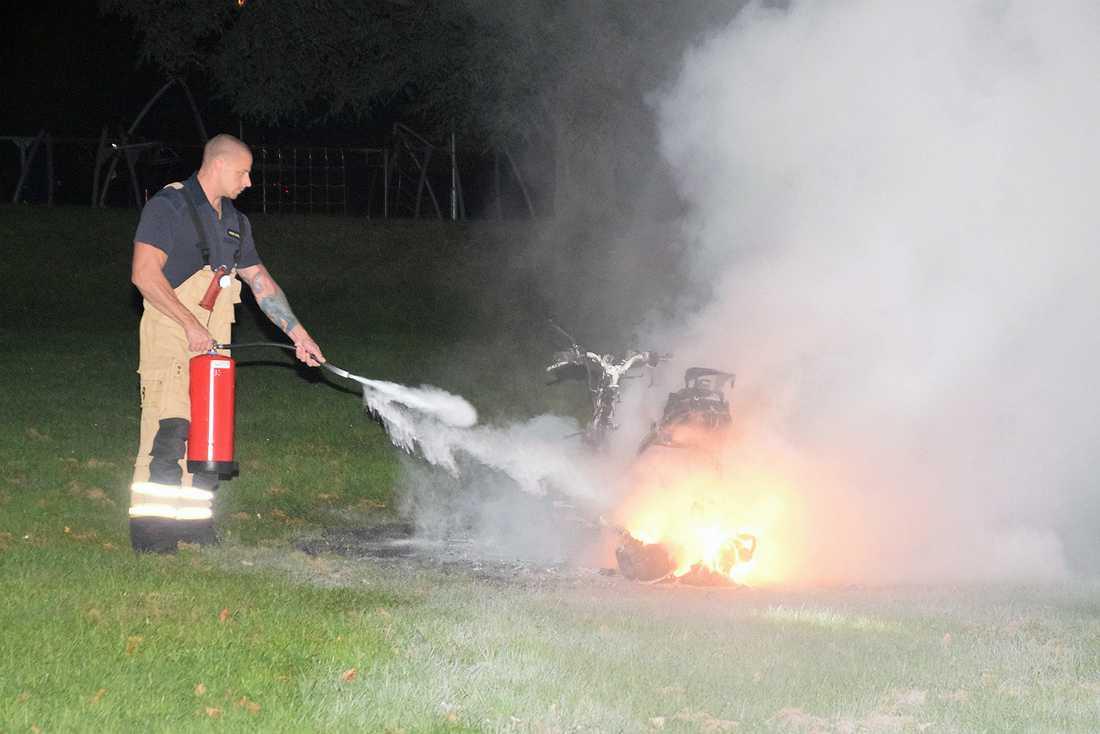 Mopeden som skytten flydde på hittades brinnande en kilometer från restaurangen.
