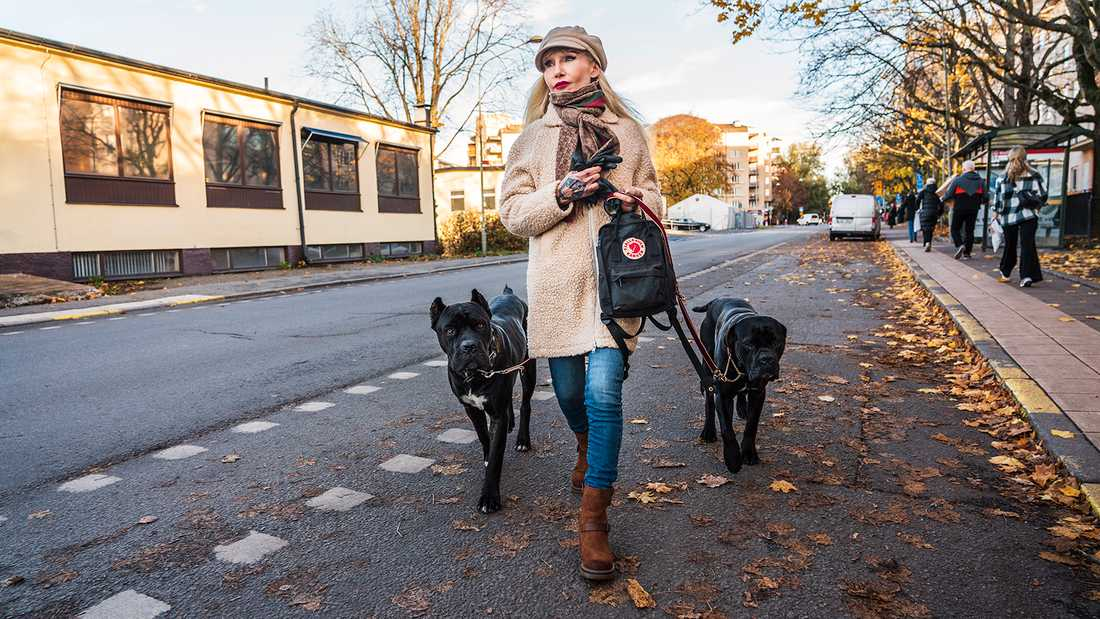 Författaren Unni Drougge har fått en av sina hundar omhändertagen.