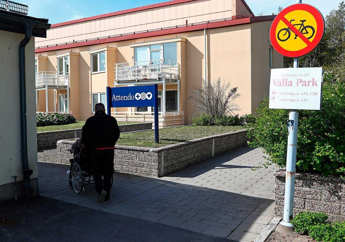 Attendos demensboende Valla Park i Linköping är ett av tre vårdhem som har för lite  personal nattetid enligt IVO. Samtidigt fortsätter riskkapitalbolaget att plocka ut mångmiljonvinster.