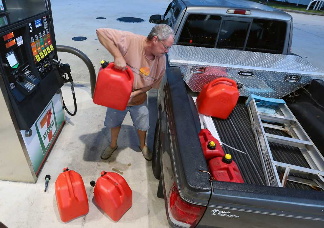 Jeff Beebe från Cape Canaveral, Florida bunkrar bensin.