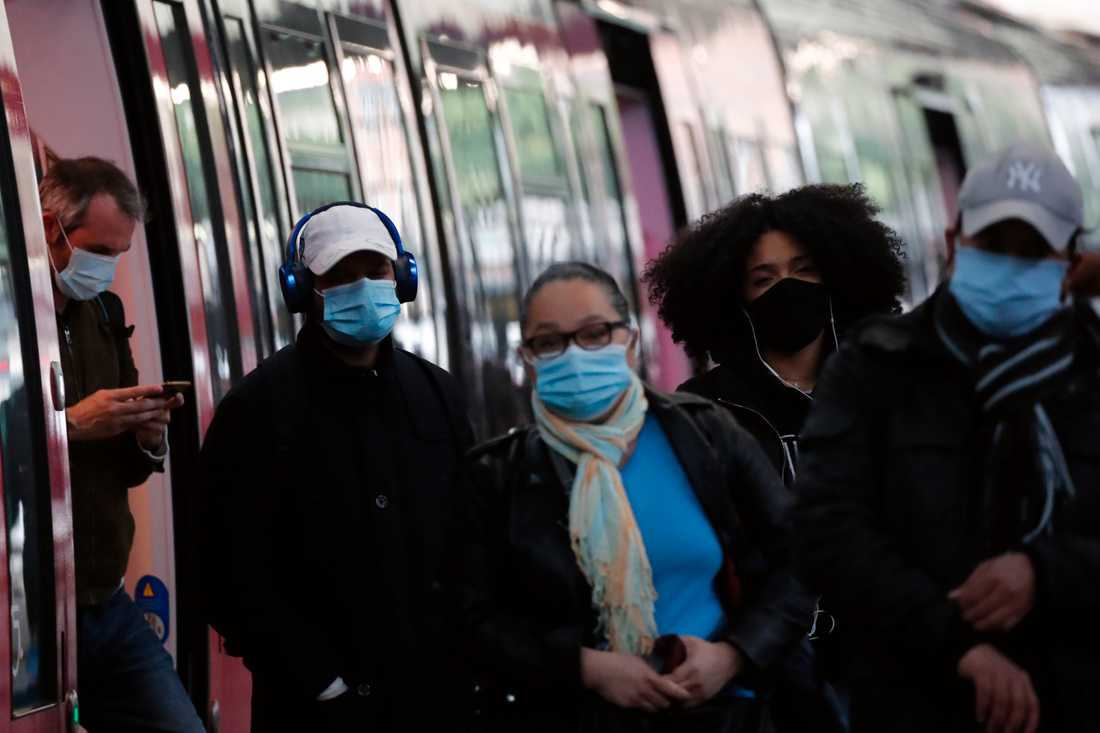 Pendlare i Paris döljer ansiktet med munskydd. Frankrike började i måndags åter öppna upp efter två månader av restriktioner.