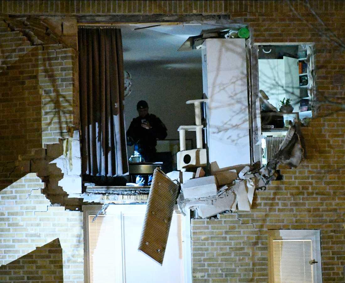 Lägenheten i stadsdelen Kobjer i Lund där en explosion inträffade under fredagen undersöks av räddningpersonal och polis.