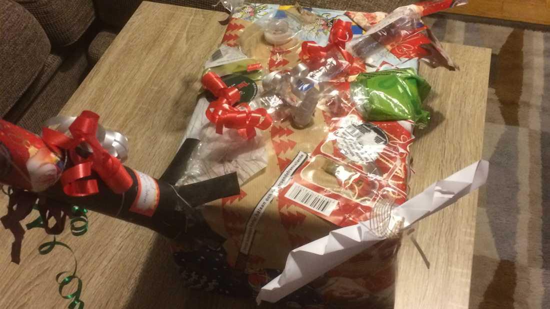 """Min bror är lite halv anti att byta paket med varandra under julen så därför får han alltid paketet som är fulast under granen. En liten pik med kärlek med andra ord, här är årets """"mästerverk"""", skriver Johan"""