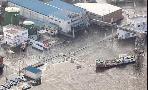 Flodvågen översvämmade hamnen i Kesennuma i norra Japan.