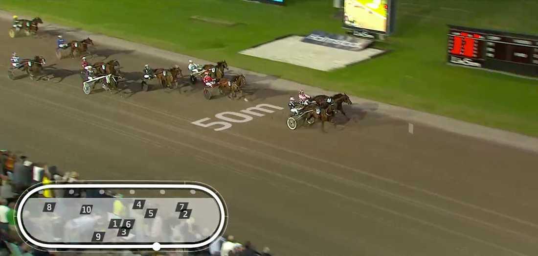 Diamanten och Christoffer Eriksson vinner före Robert Bergh och tränarens andra häst i loppet, Muscle Hustle.